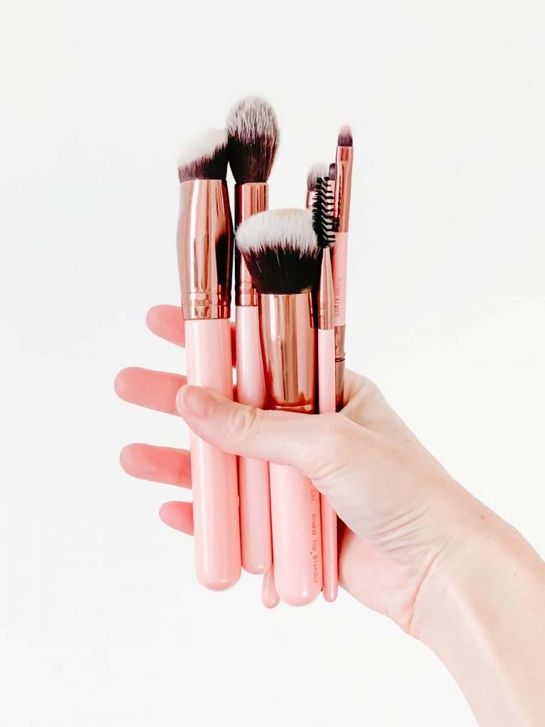 THE COMPLETE LIST OF MAKEUP BRUSHES AND THEIR USES | In this post I alk about makeup brushes,  which ones you actually need & my personal favorites. This post breaks down the  different types of brushes and their uses with pictures and includes a list of makeup brushes and their uses for beginners.